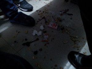 Odpadki po jedzeniu lądują zgodnie z grawitacją
