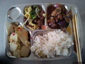 Jedno z wielu dań na stołówce akademickiej. W jego skład wchodzi: ryż, plastry wędliny (coś w deseń naszej zwyczajnej/białej przysmażonej z kapustą, boczek z dużą ilością czerwonej cebuli i ziemniaki pokrojone w talarki lekko ugotowane lub przypieczone. Do wyboru było jeszcze tofu, inne warzywa i mięso.