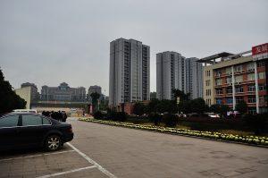 Widok w kierunku bramy wschodniej kampusy YZNU. Za bram¹ budynki akademii medycznej (od lewej uczelnia a dalej akademiki)