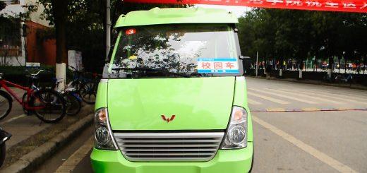 Bus elektryczny przewożący studentów po kampusie YZNU na linii Brama Północna - Stołówka Południowa