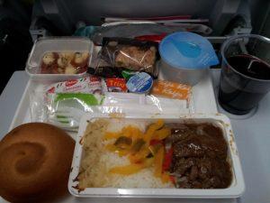 Obiad serwowany na pokładzie samolotu z Helsinek do Chongqing (AY055)