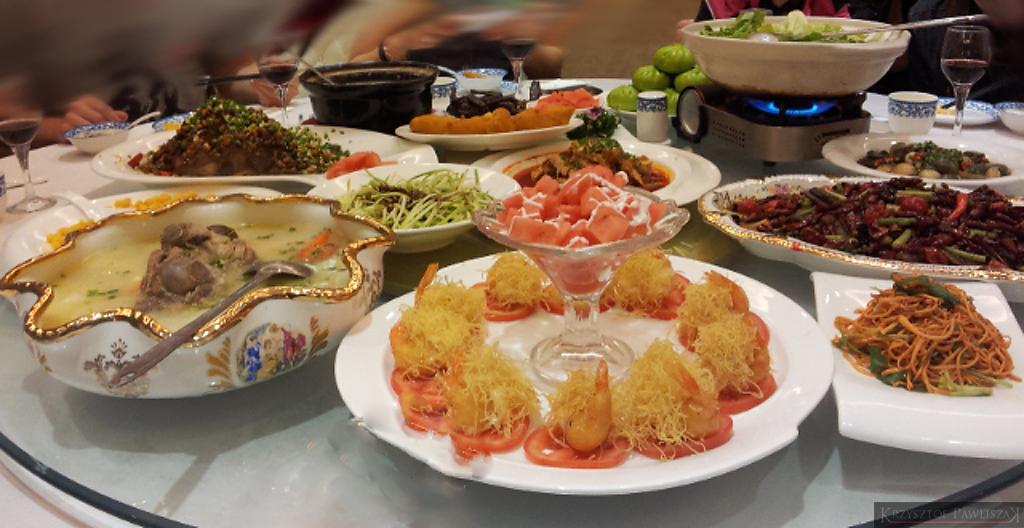 Okrągły stół z obrotowym środkiem. Na nim stawiane są wszystkie dania. Każdy wybiera co mu smakuje.