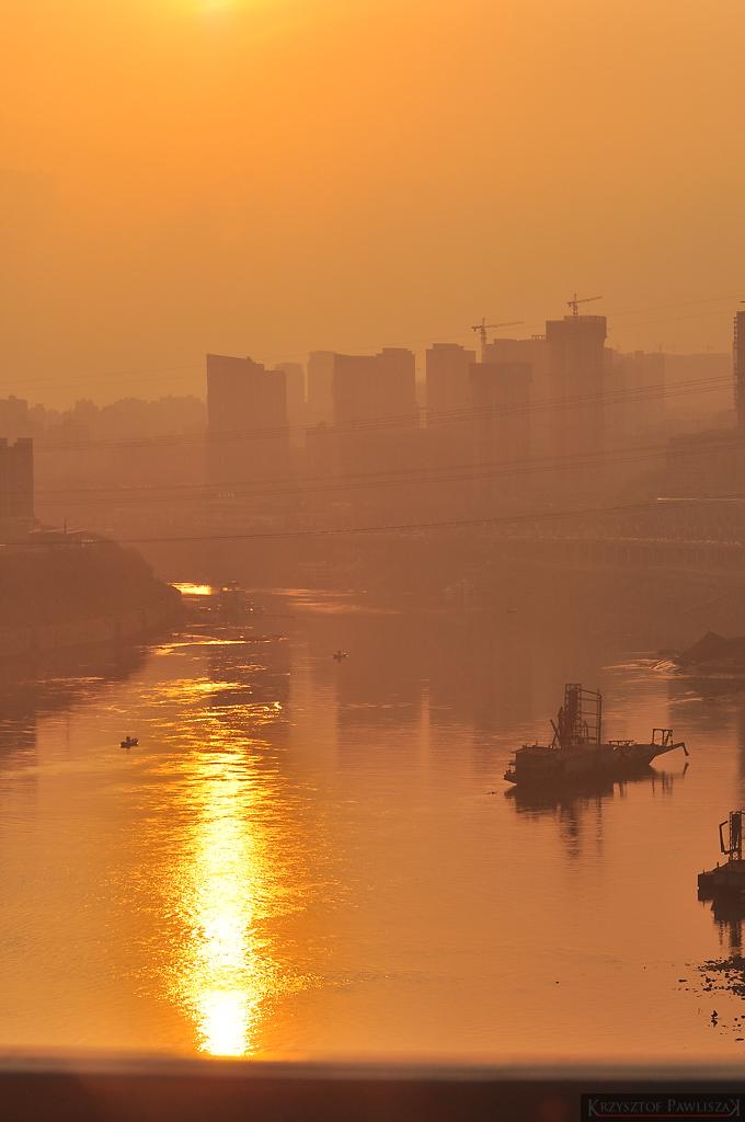 Zachód słońca nad rzką Jangcy.