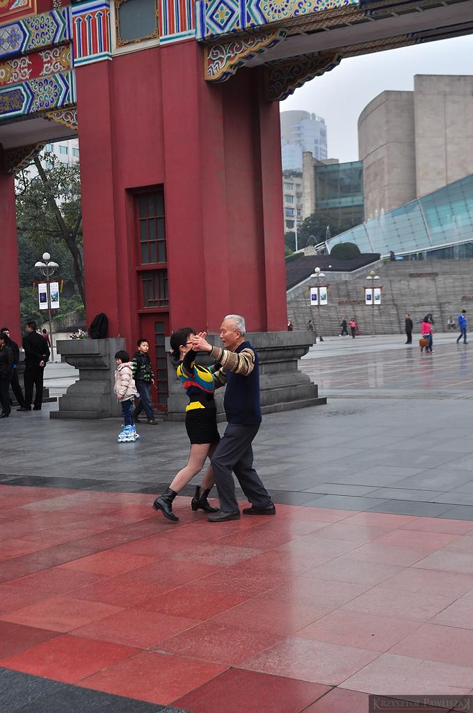 Pary każdego pokroju tańczą przed Halą Ludową.