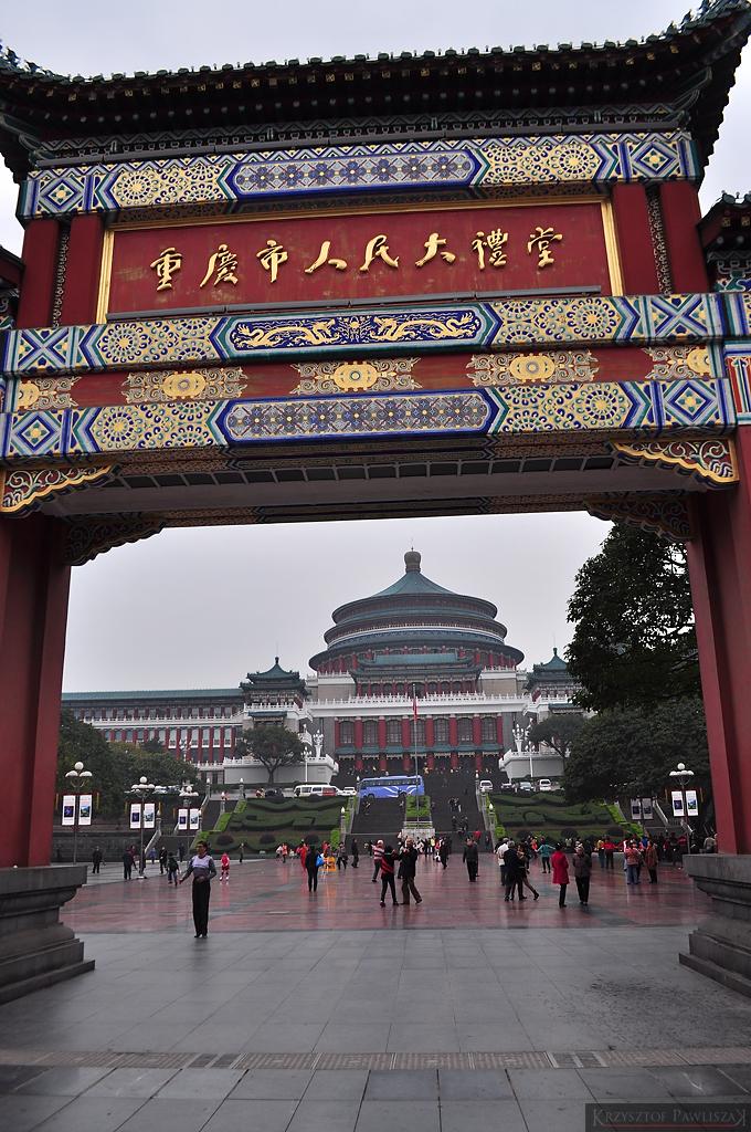 Hala Ludowa w Chongqing widzania pod prowadzącą do niej bramą.