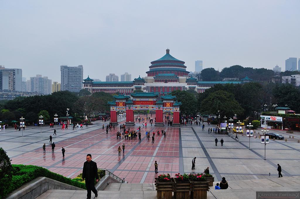 Widok na plac i Halę Ludową w Chongqing (ze schodów Muzeum Trzech Przełomów)