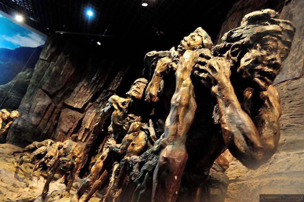 Jedna z ekspozycji w Muzeum Trzech Przełomów ukazująca trudy życia nad Jangcy - rybacy musieli wciągać łodzie ręcznie.
