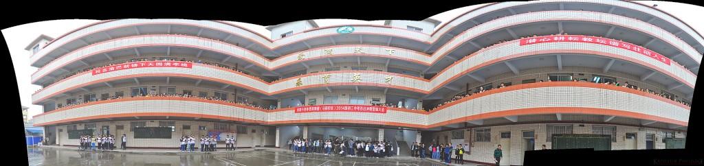 Zdjęcie panoramiczne (kliknij, by powiększyć) pokazujące balkony trzech skrzydeł szkoły wychodzących w kierunku placu/hali gdzie odbyła się 2. lekcja (w centrum)