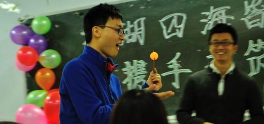 Inna z zabaw - zorganizowana pod kątem obcokrajowców - przenoszenie piłeczki pingpongowej pałeczkami.