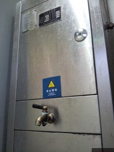 Dozownik gorącej wody w pociągu regionalnym.