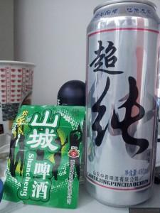 """Puszka 490 ml """"niebieskiego"""" 超纯 [蓝色精品超纯啤酒] - cena ok. 3,5-4 RMB i etykietka z chongqingskiego piwa (chyba jednego z lepszych) 山城 (w barze kosztuje ok. 10 RMB)"""