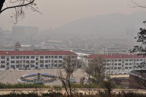 Yantaii, Chiny. 29/11/2015 WIdok na kampus Uniwersytetu Ludong w dzień, gdy poziom jakości powietrza wynosi około 200 1/320sec @f/9, ISO200  35mm @  AF 35mm f/2D Aperture Priority, CLOUDY