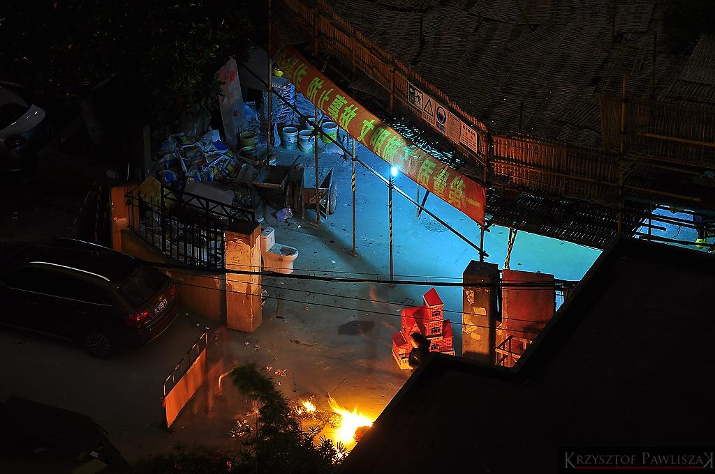 Pogrzeb w środku nocy na osiedlu w dzielnicy Pudong. Członek rodziny zmarłej osoby spala tekturowy dom. Wcześniej spalono pieniądze i inne przedmioty używane każdego dnia